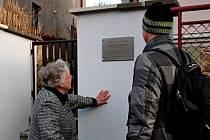 """MANŽELKA Karla Havlíčka na svého muže stále vzpomíná. """"Mám pocit, že je tady se mnou. V chodbě pořád visí jeho klobouk. Pomalu nevěřím, že už je to 25 let,"""" říká dojatě paní Jarmila."""