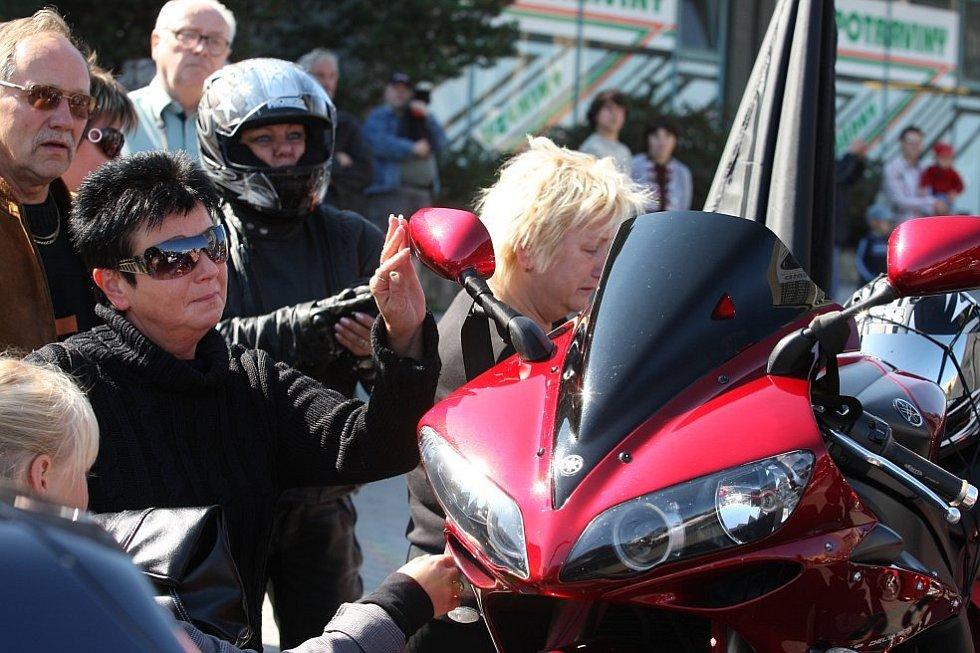 Matka zavražděného mladíka u jeho motorky.