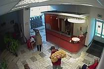 Zloděj s pytlem brambor přes rameno, jak ho zachytila bezpečnostní kamera.
