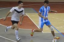 V čele 4. ligy je Sovan Jirkov (na snímku v bílém), v zápase s FC Citizens.
