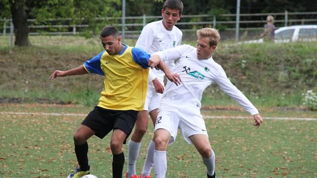 FC Chomutov (v bílém) - Baník Březenecká 0:2.
