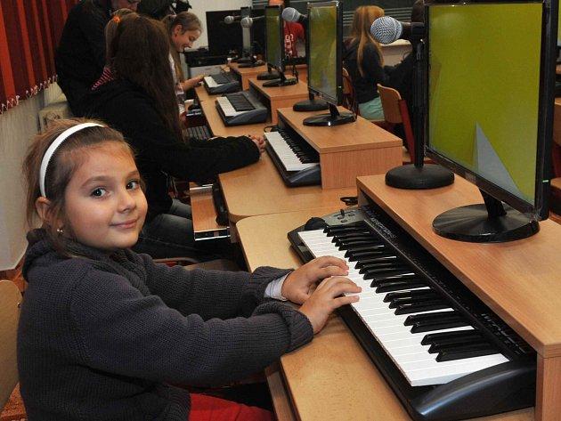 Největší radost z nově otevřené multimediální učebny v Základní umělecké škole v Chomutově měli žáci. Hudební nauka, notové zápisy, rytmus a další věci se jim teď budou učit lépe.