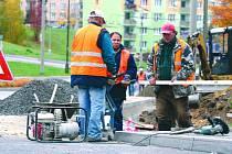 Dělníci pracují na opravě silnice.