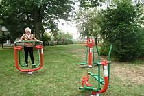 Seniorka v Jirkově při cvičení ve venkovním fitness.
