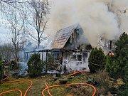 V Polákách hořela chatka. Na místě zasahovaly tři hasičské jednotky.