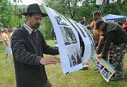 Představení knihy Ztracená vlast v Orasíně provázela výstava. Na snímku jeden z vydavatelů - Josef Šporgy, umělec z Orasína.