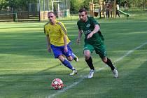 Regionálnímu derby v krajském přeboru Perštejn - Tatran Kadaň vládlo příjemné počasí. Domácí vyhráli těsně 3:2.