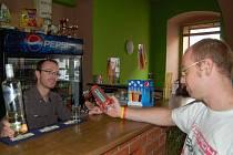 """TO JE VÝBĚR... Sladké vodky s nízkým obsahem alkoholu, klasické pivo nebo pivo s příchutí. """"Víc ti dneska nenabídnu,"""" sděluje majitel baru svému zklamanému štamgastovi."""