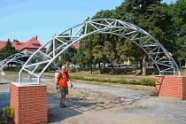 Slavobránu, vítězný oblouk, nebo venkovní posilovnu připomínají tři ocelové konstrukce uprostřed náměstí T.G. Masaryka v Chomutově. Proč musela této stavbě ustoupit krásná vrba nechápe Michal Košut z Chomutova (na snímku).