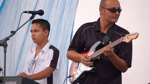 Snímek jedné z kapel, která zahrála dopoledne na romském festivalu.