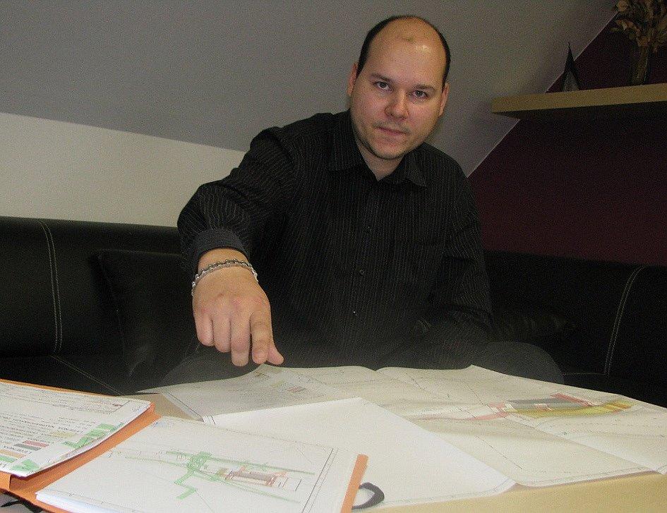 Pavel Dologh nad plány startovacích bytů, které firma projektuje na Březenecké.
