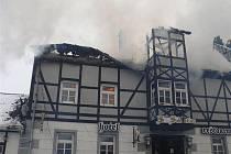 Hořící střecha hotelu.