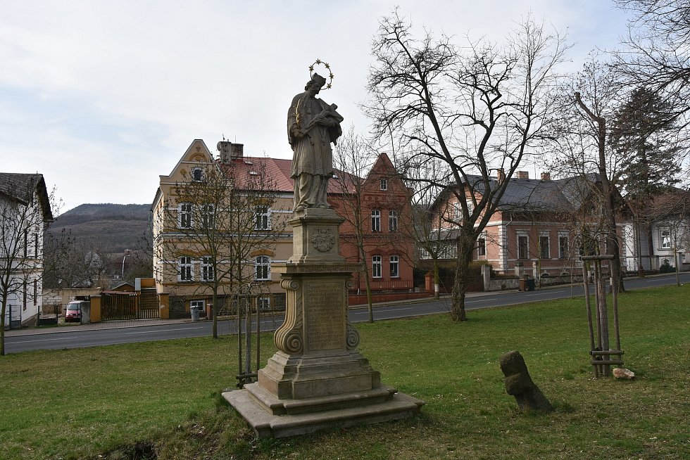 Začátkem 18. století byla mezi čtvrtým a pátým zastavením poutní cesty vztyčena socha sv. Jana Nepomuckého.
