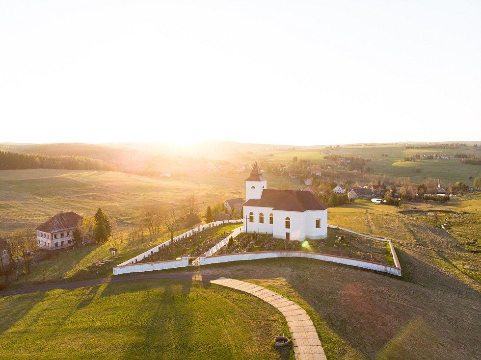 Letecký pohled na kostel sv. Václava v Kalku v Krušných horách.