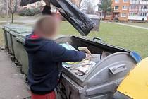 Strážníci narazili na Písečné na chlapíka, který vytahoval z kontejneru na tříděný odpad papír