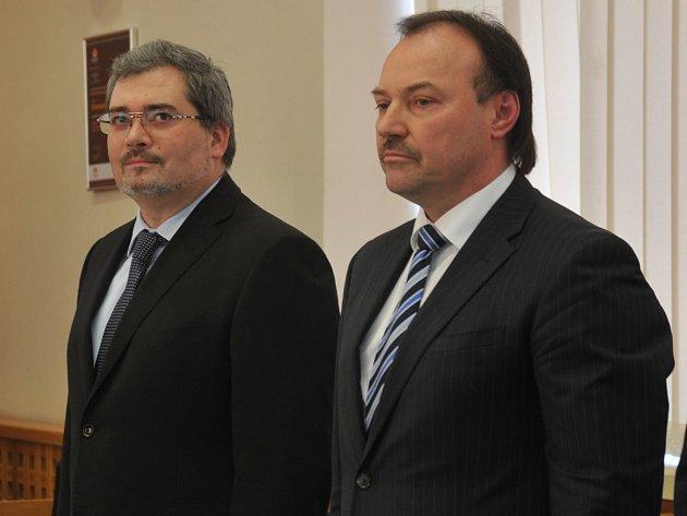 KDO ŠETŘIL VÍC? Daniel Černý (vlevo) říká, že coby primátor snížil spoustu výdajů za služby jen tím, že je důsledně kontroloval a hledal levnější varianty. Jeho předchůdce Jan Mareš (vpravo) namítá, že Černý si jen hraje s čísly.