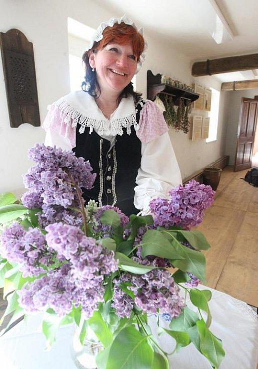Správkyně skanzenu Věra Stejná vítala návštěvníky stylově v kroji.