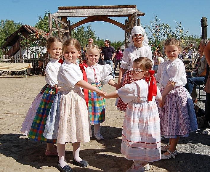 Nejmenší tanečníce folklórního souboru Jirkovák ukázaly něco ze svého tanečního umění.