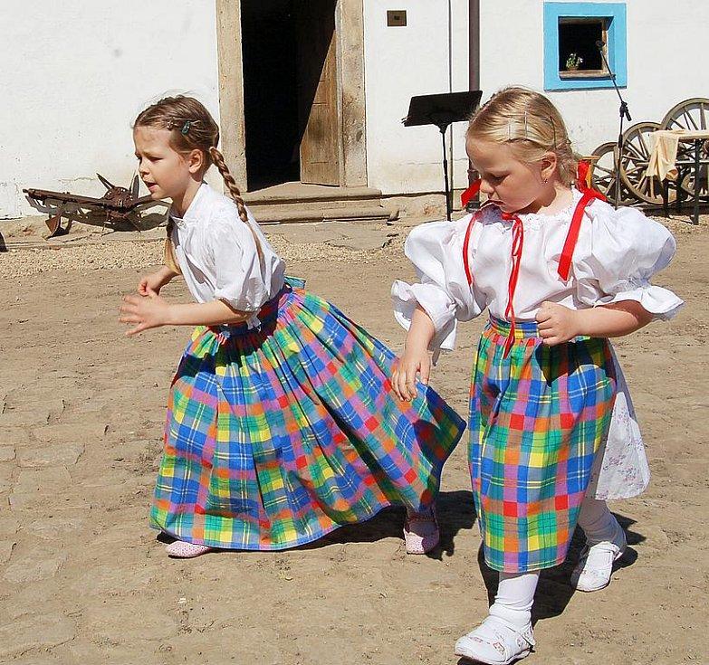Malé tanečnice ze souboru Jirkovák.