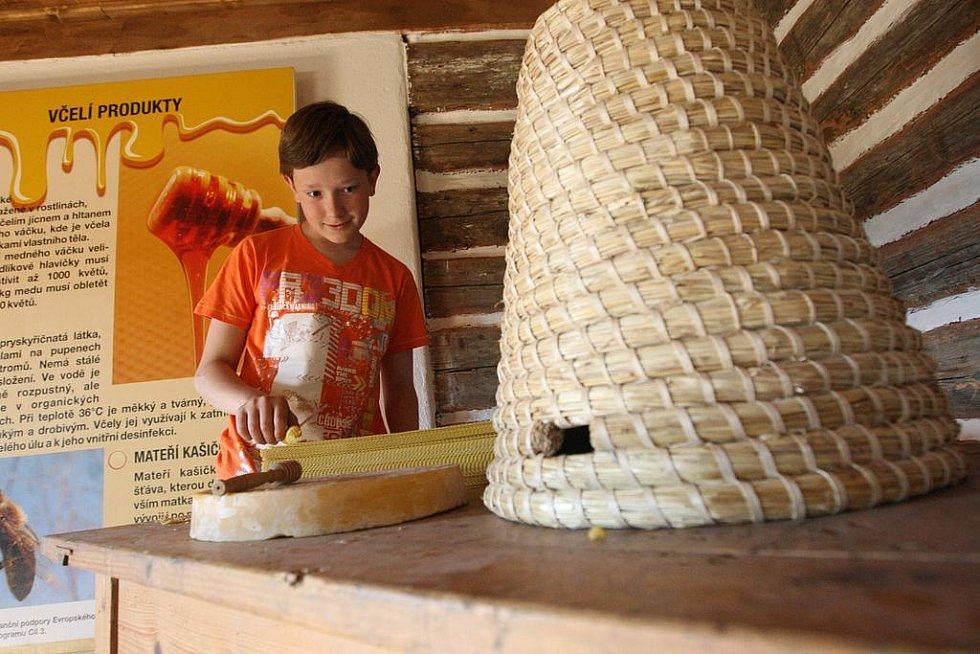 V patrové roubence je vedle ostatních ukázek také expozice věnovaná včelařství.