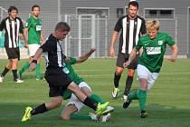 Ze zápasu FC Chomutov (v zeleném) - Admira Praha.