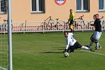 Bezmocný pohled gólmana Meziboří Petra Heimrátha provází míč, který po střele Martina Plisky směřuje do sítě.