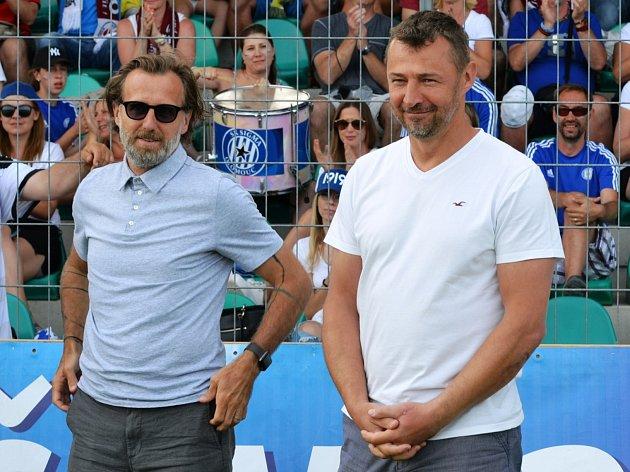 Závěrečné boje Ondrášovka Cupu vChomutově sledovali (zleva) Karel Poborský a Petr Kouba.