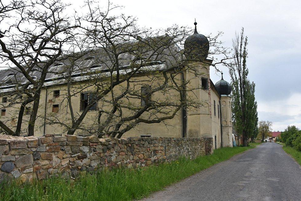 Zámek ve Vičicích původně sloužil jako lovecký, později byl upravený pro hospodářské účely.