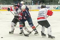 Piráti - HC Red Ice Martigny-Verbier 6:2, uprostřed střelec šesté branky Pirátů David Kämpf