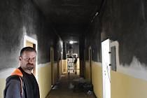 Preventista Štefan Makuňa v prvním patře, kde vyhořel byt a zasažená je i chodba