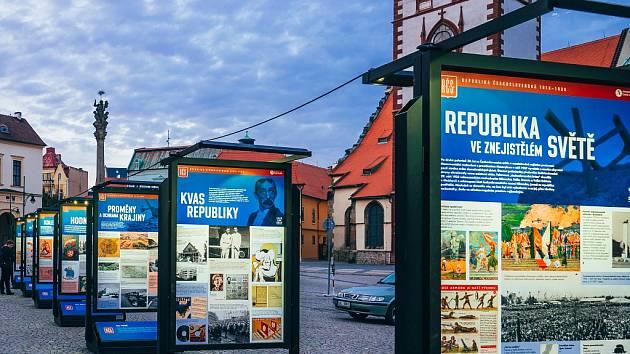 Panelová výstava na náměstí 1. máje v Chomutově ke 100 letům republiky