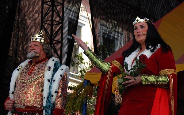 Jan Milota a Iveta Svobodová ještě jako císař Karel IV. schotí.