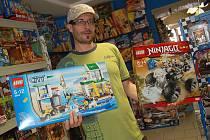 """""""Lego je nadčasová hračka. Dětem každého věku přináší stále něco nového. Tato stavebnice si dlouhé roky drží skoro stejnou cenu, a i díky tomu neztrácí na své oblibě,"""" říká Tomáš Kynšt."""