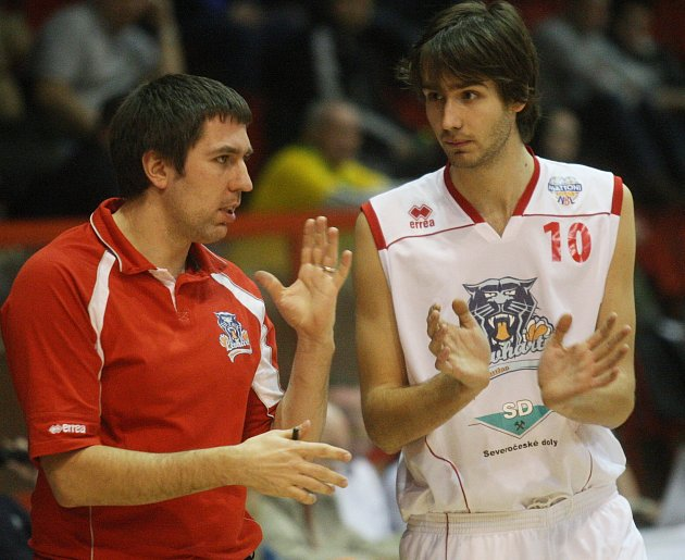Trenér Tomáš Eisner (vlevo) s Filipem Sahanem při krátké poradě u lavičky.