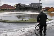 Velká laguna vody, která se utvořila na polích u Údlic.