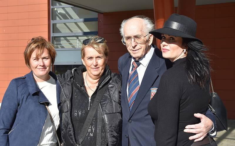 Sběratel Emil Příhoda přijel na projekci v Chomutově s vnučkou Lucií Krajlovou, dcerou Zuzanou Heroldovou a vnučkou Kristýnou Heroldovou.