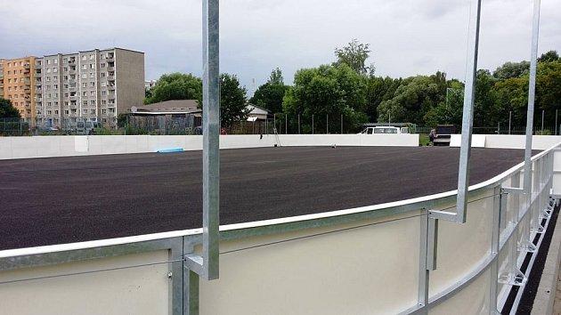 Poblíž hřiště pozemního hokeje ukadaňských Rooseveltových sadů roste nové hřiště pro hokejbal.