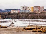Staré molo na sklonku roku demontovali a jeho zbytky složili na Otvické pláži. Hlavní část nového mola má být hotová v červnu.
