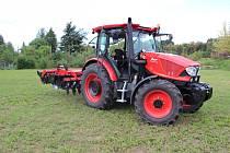 Nový traktor Střední škola technické, gastronomické a automobilní Chomutov