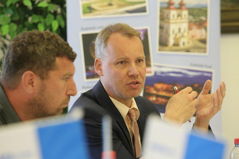 Radní Michal Voltr a místostarosta Jan Losenický.