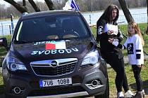 Kolem šedesásáti automobilů vyrazilo na protestní jízdu kolem Chomutovska.