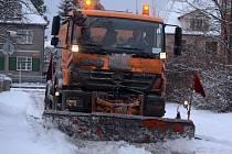 K prvnímu úklidu sněhové nadílky vyjely do chomutovských ulic jak pluhy a sypače, tak malotraktory.
