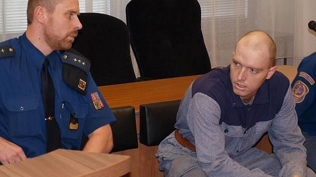 Spolupachatel vraha Postla David Černý (vpravo) před soudem.