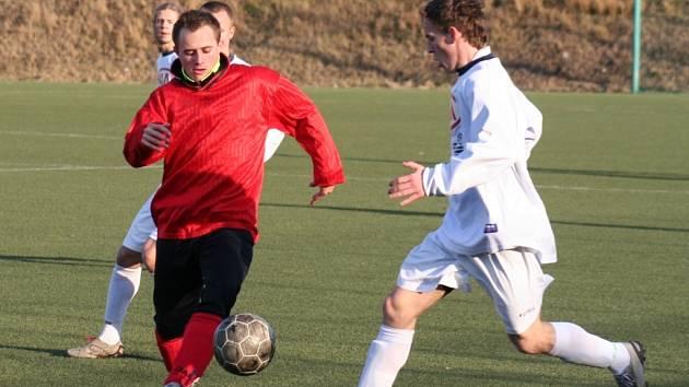 FK SIAD Most dorost - FC Chomutov,hráči Chomutova v červeném.
