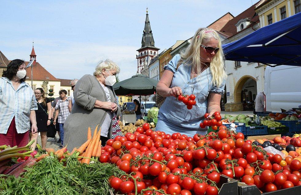 Nádherné počasí přilákalo na jahodové a farmářské trhy spoustu lidí.