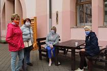 Posezení nad horkým šálkem kazilo studené počasí. I tak to ale uvolnění režimu vylákalo řadu lidí k posezení s přáteli.