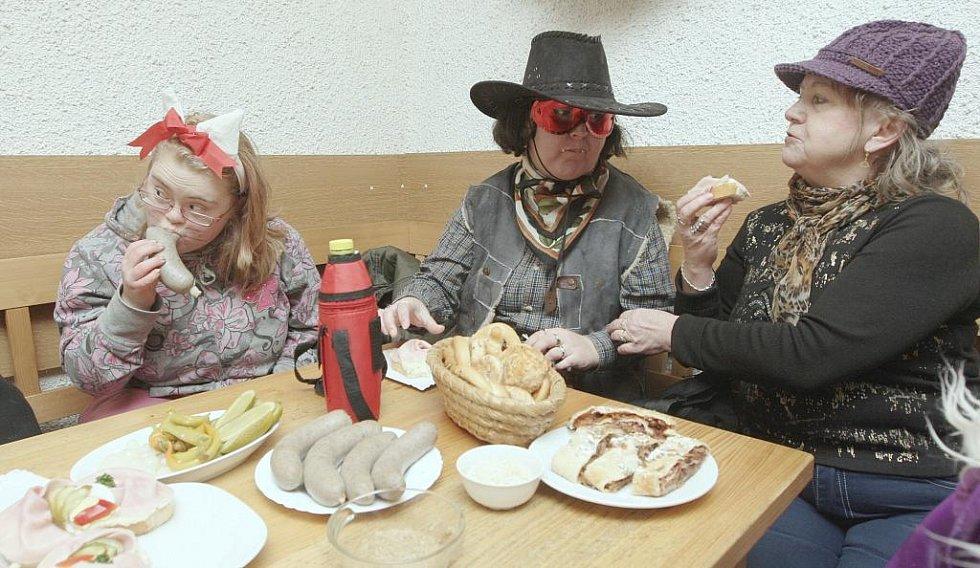 """V penzionu masky zasedly k bohatě prostřenému stolu a dávaly si """"do nosu""""."""