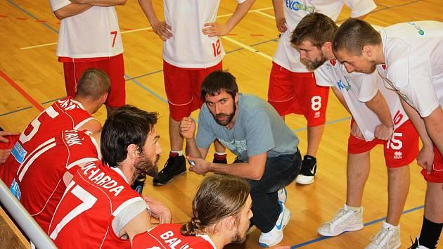 Chomutovští basketbalisté s trenérem.