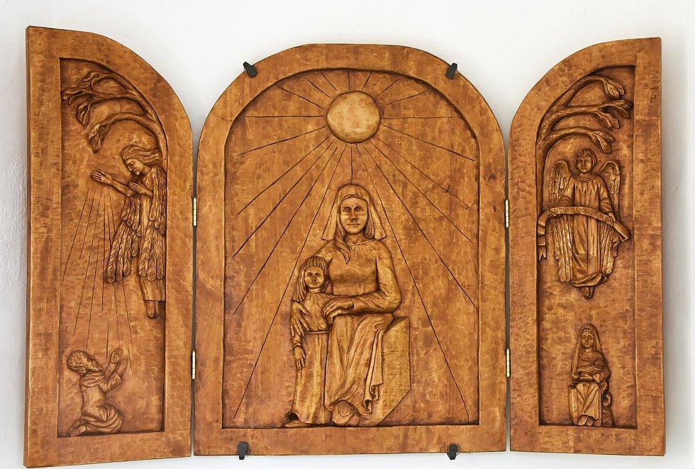 Dřevěný oltář v kapli sv. Anny v Načetíně. Pro obec ji vyřezal řezbář z Krabčic David Fiala.