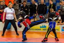 Na snímku vlevo je domácí Laura Zimmermannová, která vyhrála obě kategorie ve kterých zápasila.